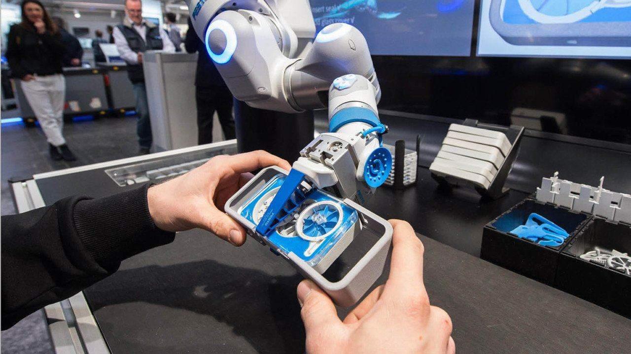 Collaborazione uomo-macchina nell'industria 5.0. Credits: racounter.net