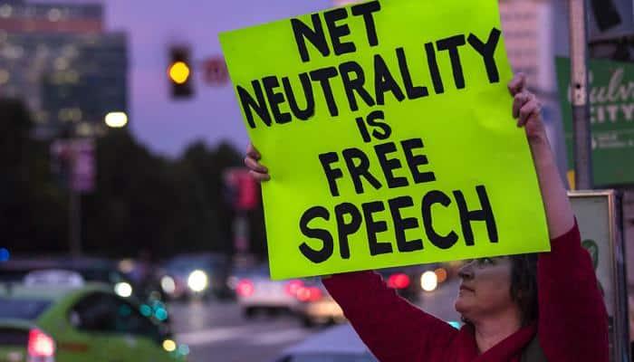 Attivista contro l'abolizione della neutralità della rete. Credits: lastampa.it